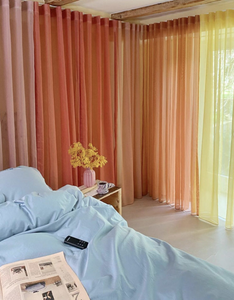 """L'intérieur de la créatrice danoise @cathdelichtenberg // Des rideaux """"rainbow colors"""""""