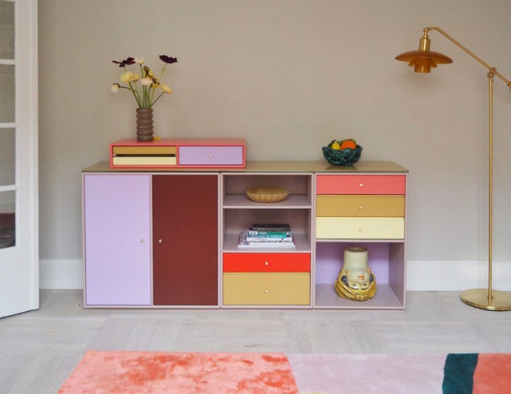 L'intérieur de la créatrice danoise @cathdelichtenberg // Un meuble customisé avec plusieurs couleurs : violet, rouge, ocre...