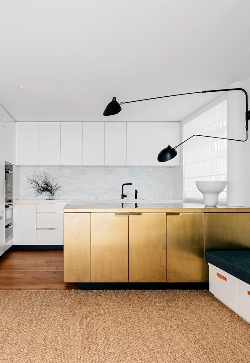 [ Inspiration déco ] Crédences et façades de placard de cuisine en laiton // Intérieur design : Arent Pyke - Projet Harbourside apartment