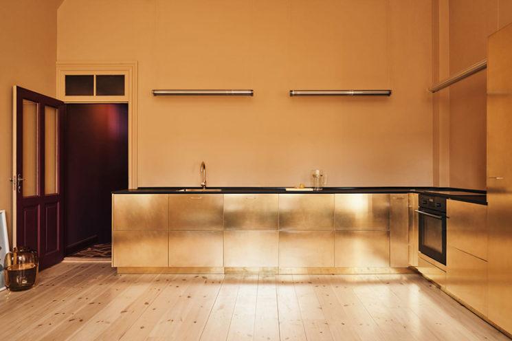 [ Inspiration déco ] Crédences et façades de placard de cuisine en laiton // reformcph.com - La cuisine de Stine Goya