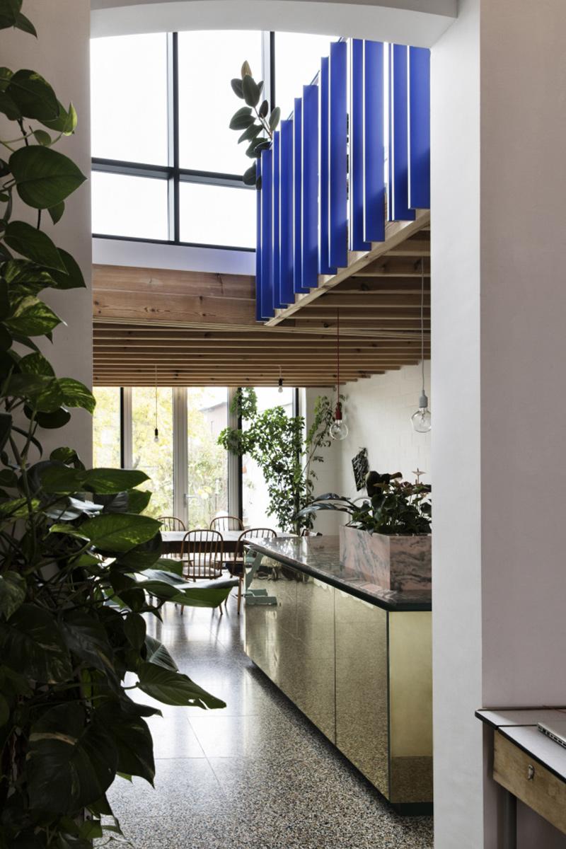[ Inspiration déco ] Crédences et façades de placard de cuisine en laiton // Intérieur design : Dries Otten - Projet Midi du midi