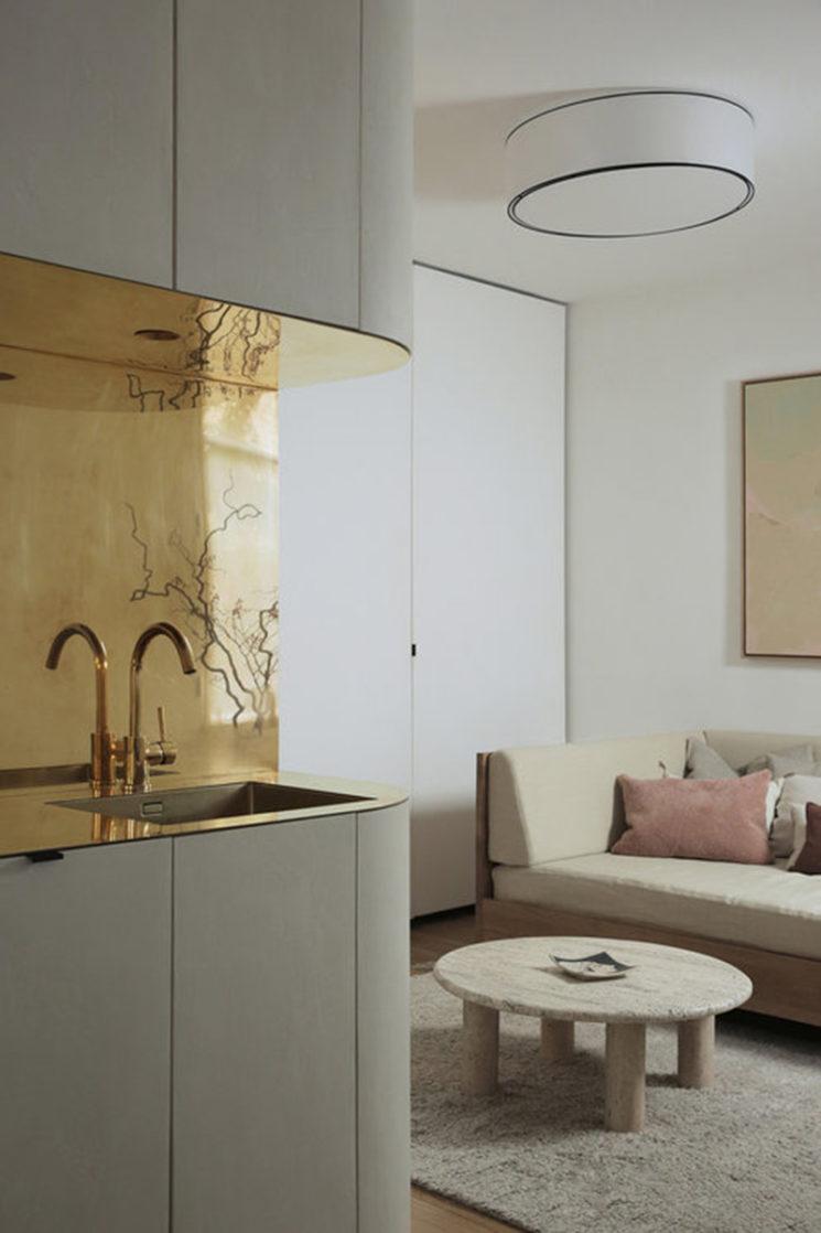 [ Inspiration déco ] Crédences et façades de placard de cuisine en laiton // Intérieur design : Emmanuelle Simon - projet : Appartement Saint Dominique I