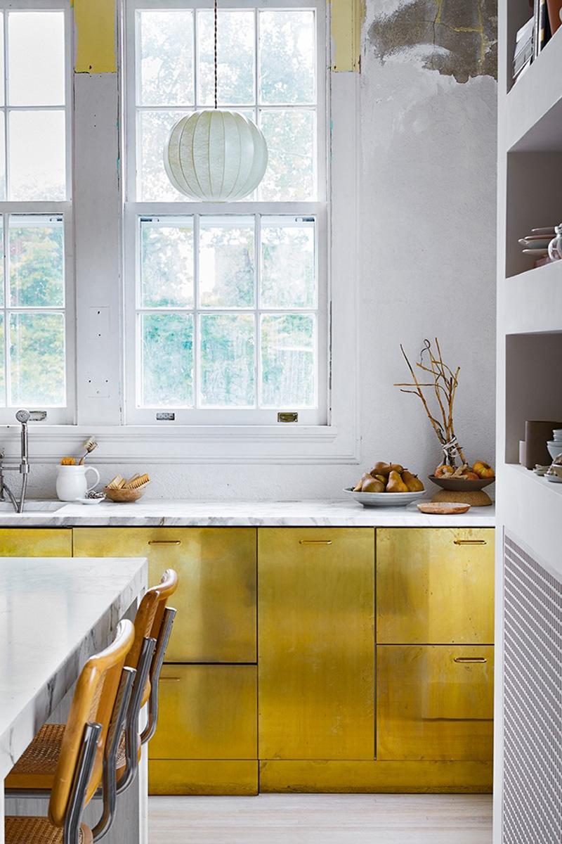 [ Inspiration déco ] Crédences et façades de placard de cuisine en laiton // L'intérieur de Liz Gardner et Josef Harris à Minneapolis