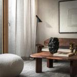 Palette de tons neutres et bois foncé pour ce projet à Stockholm