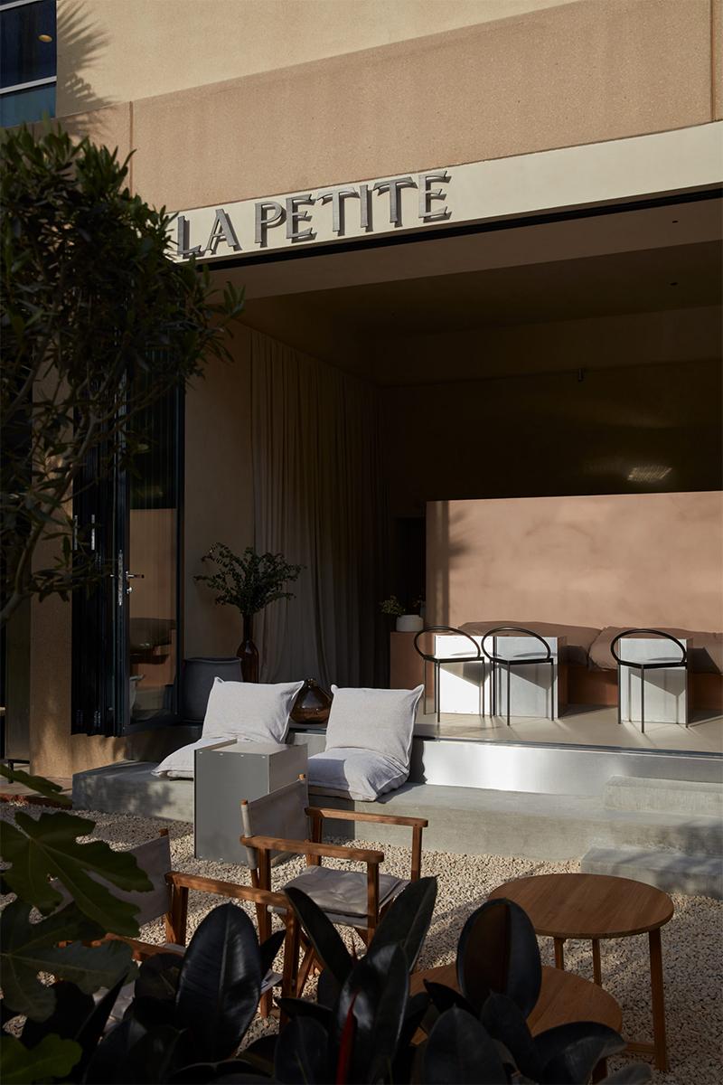 Le café La Petite à Abu Dhabi, rénové par le studio Bone