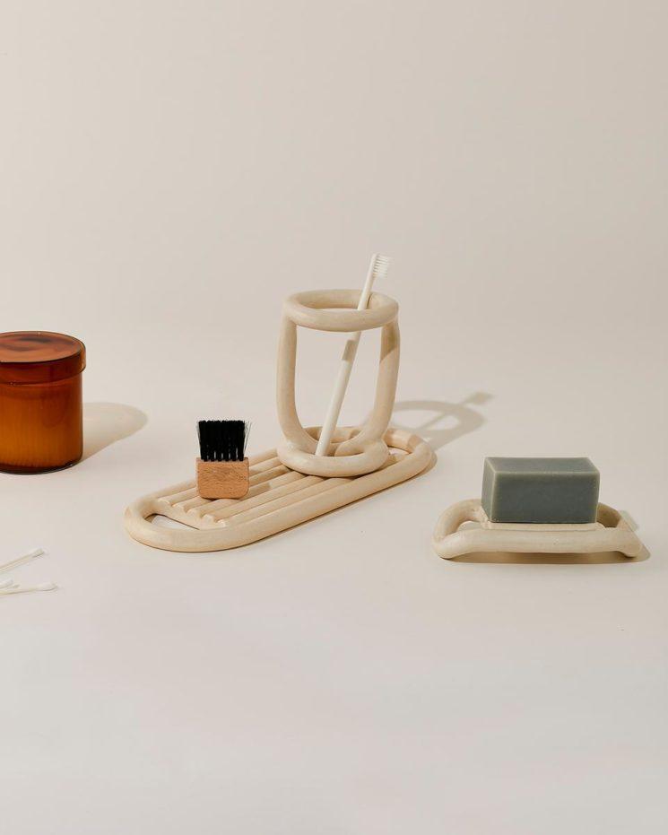 Virginia Sin, une approche design de la céramique // Ensemble d'éléments pour salle de bain, crème