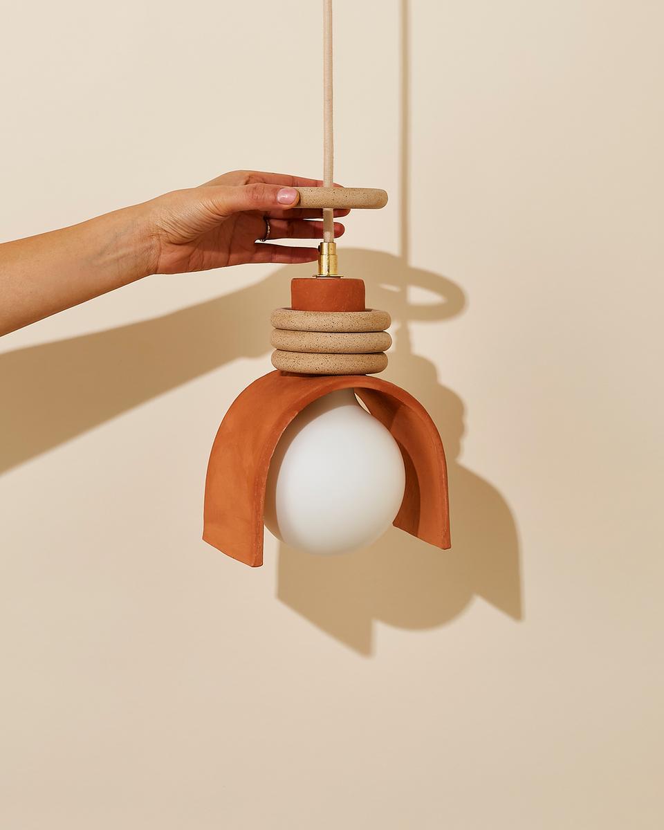 Virginia Sin, une approche design de la céramique // Suspension lunaire moucheté