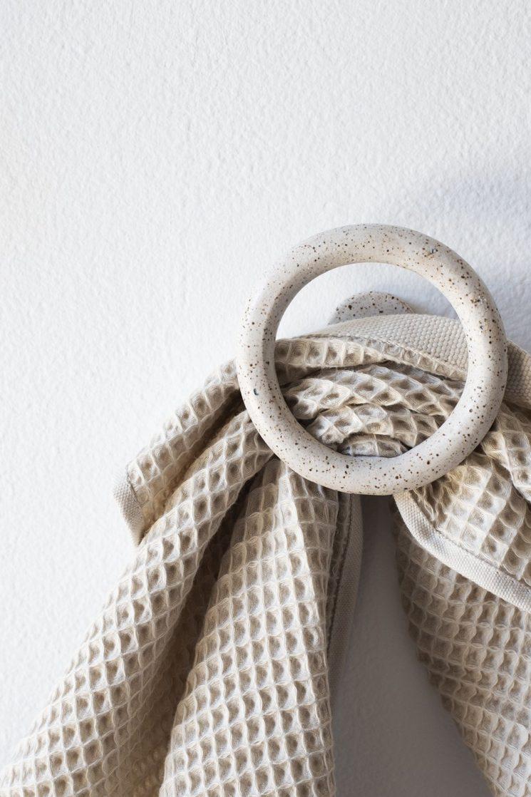 Virginia Sin, une approche design de la céramique // Crochet mural uni, moucheté