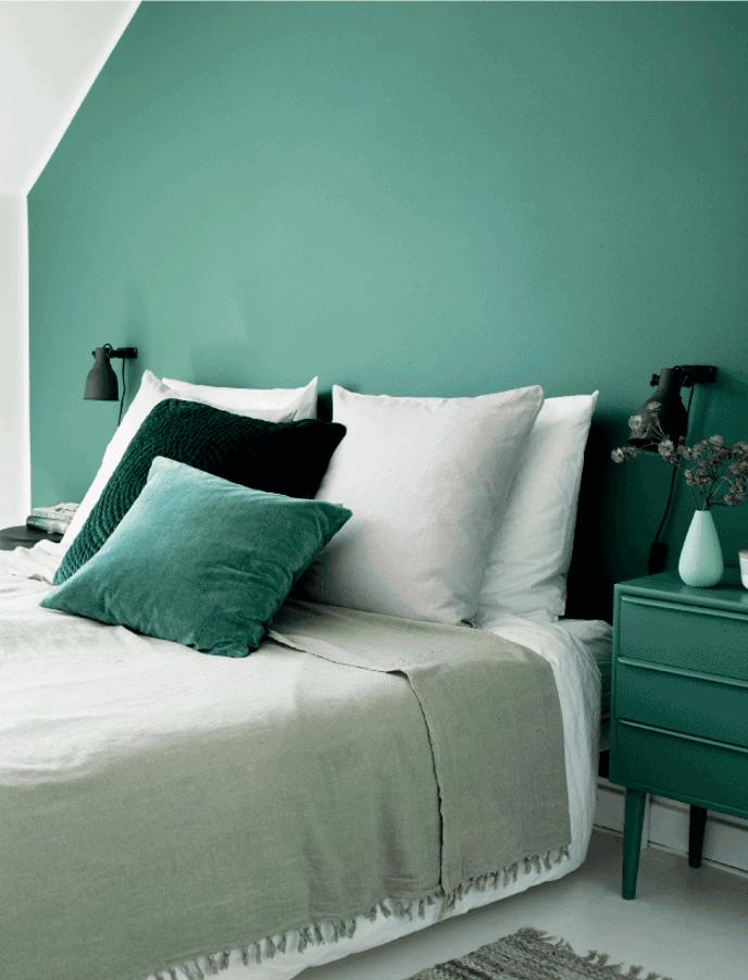 10 idées déco pour une chambre à coucher stylée // Harmoniser le linge de maison aux couleurs de la pièce. comme cette chambre verte et beige