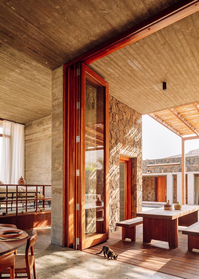 Architecture de pierre et de béton au Cap-Vert // Barefoot Villas par Polo Architects & Going East // Intérieur brutaliste, minimaliste en béton, pierre et essence de bois locale