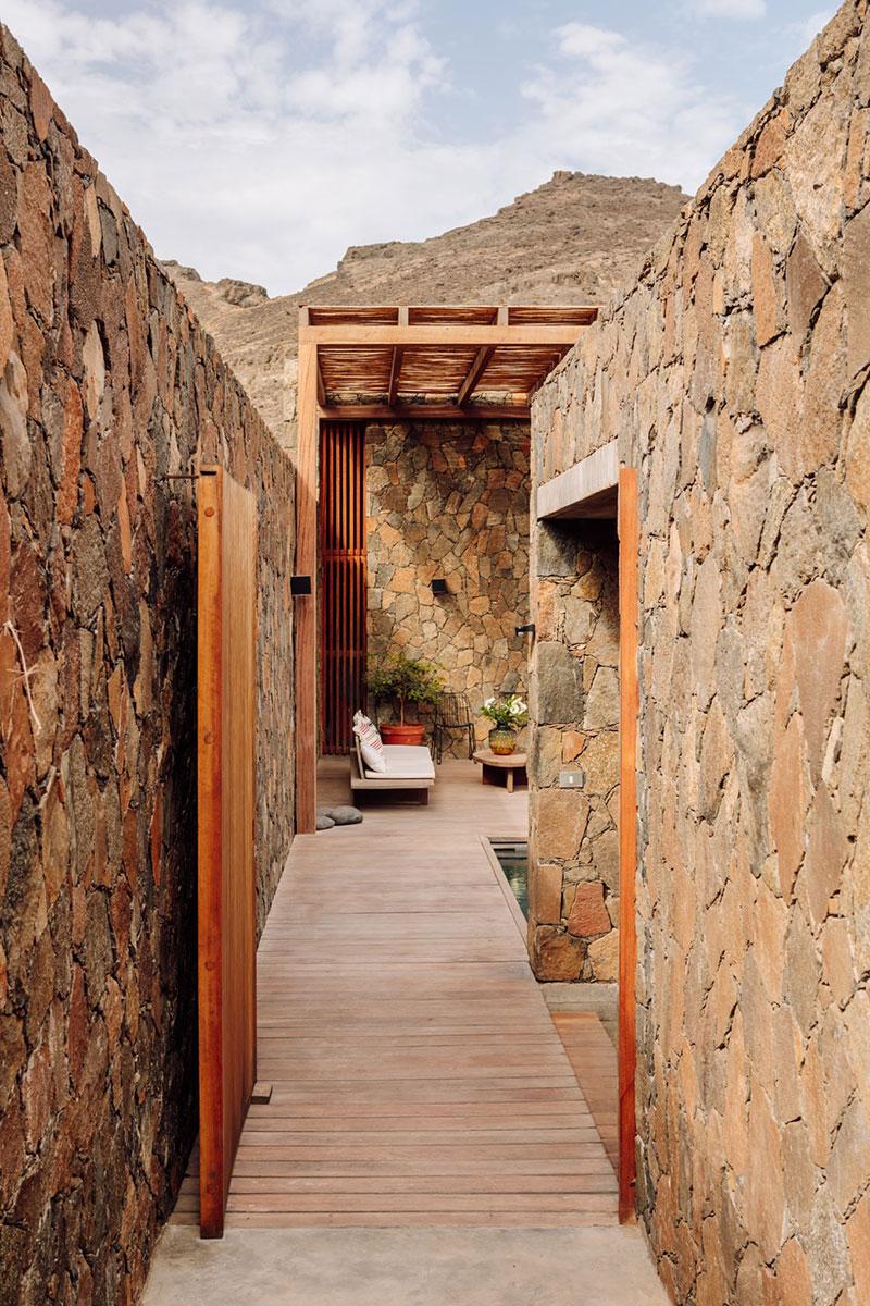 Architecture de pierre et de béton au Cap-Vert // Barefoot Villas par Polo Architects & Going East // Murs en basalte local