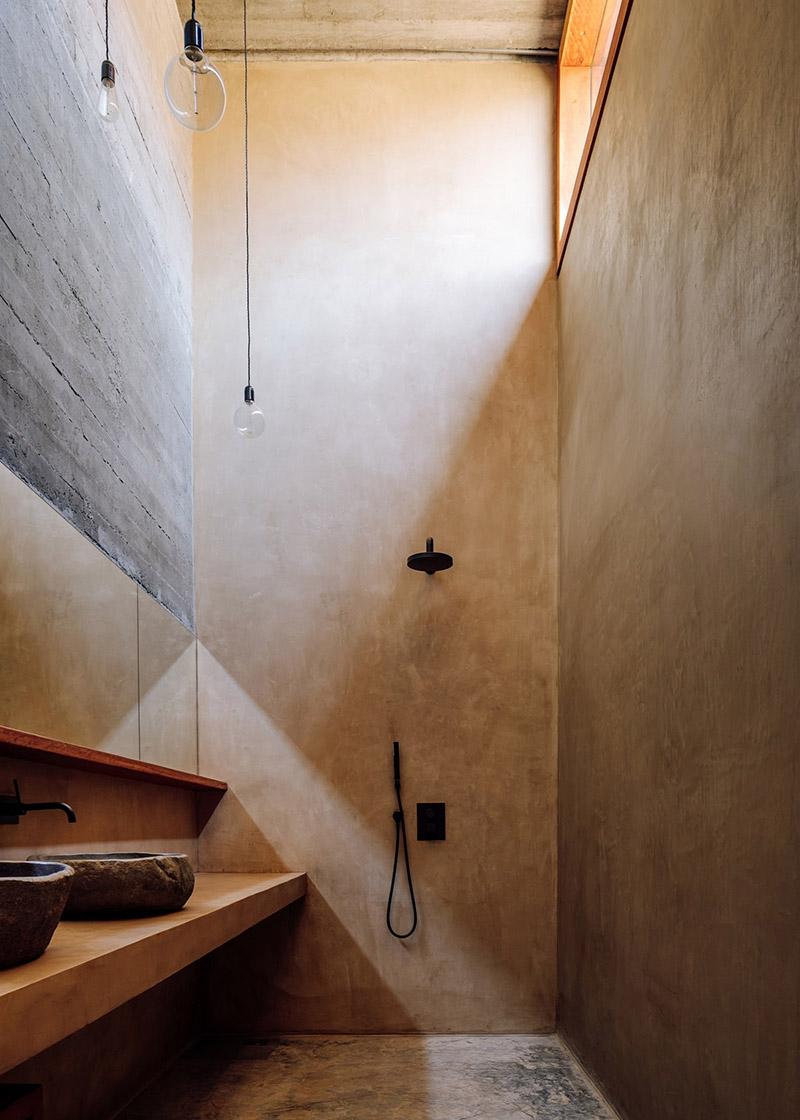 Architecture de pierre et de béton au Cap-Vert // Barefoot Villas par Polo Architects & Going East // Douche en béton ciré, style brutaliste minimaliste