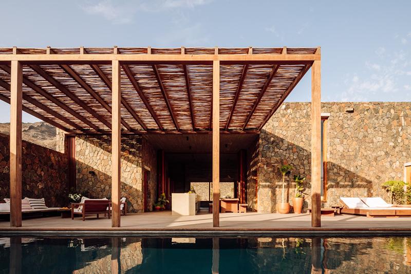 Architecture de pierre et de béton au Cap-Vert // Barefoot Villas par Polo Architects & Going East // Patio extérieur ouvrant sur la piscine