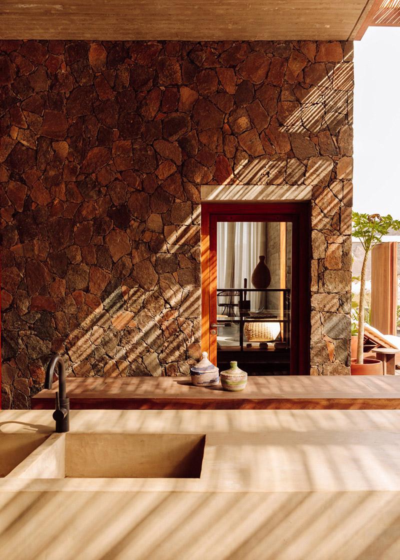 Architecture de pierre et de béton au Cap-Vert // Barefoot Villas par Polo Architects & Going East // Aménagement extérieur en béton ciré