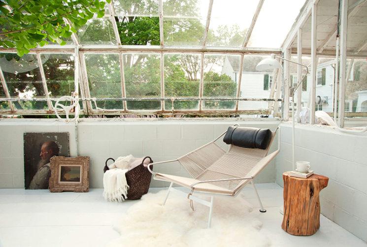 Aménager une serre comme pièce en plus au jardin // Une serre réhabilitée dans un style scandinave rustique et design