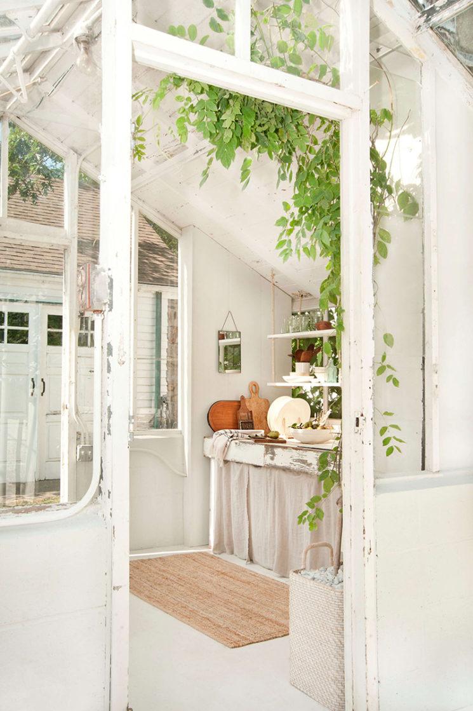 Aménager une serre comme pièce en plus au jardin // Une serre réhabilitée dans un style scandinave rustique