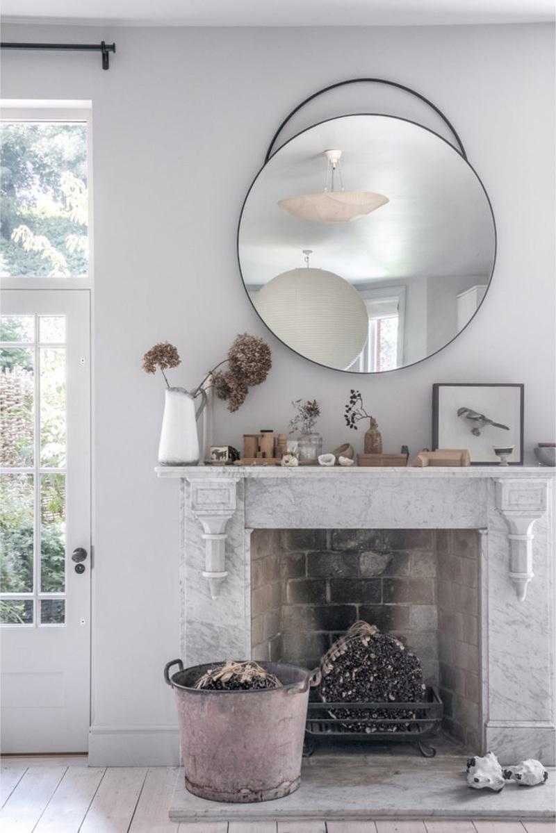 """Un intérieur """"classique"""" revisité en blanc par Faye Toogood // Ambiance """"nature"""" autour de la cheminée en marbre"""
