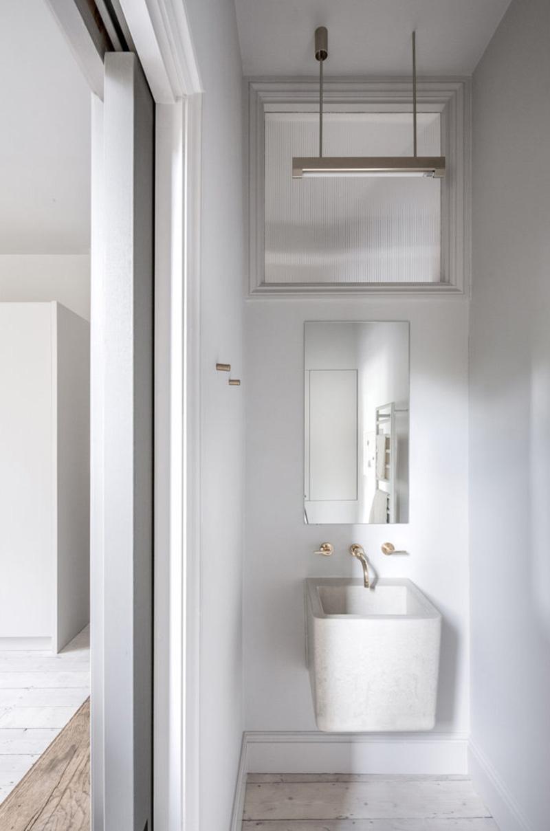 """Un intérieur """"classique"""" revisité en blanc par Faye Toogood // Petit cabinet de toilette et robinet en laiton"""