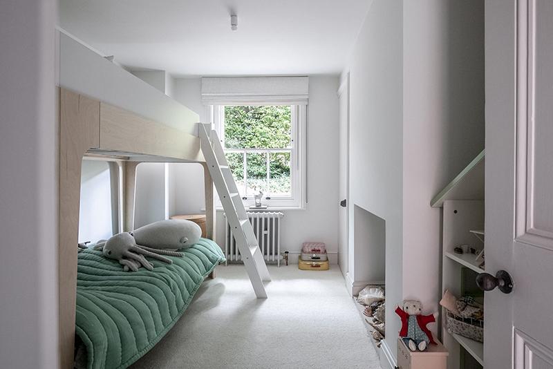 """Un intérieur """"classique"""" revisité en blanc par Faye Toogood // Chambre blanche d'enfant design"""
