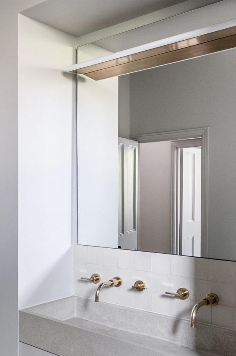 """Un intérieur """"classique"""" revisité en blanc par Faye Toogood // Vasque de salle de bain"""