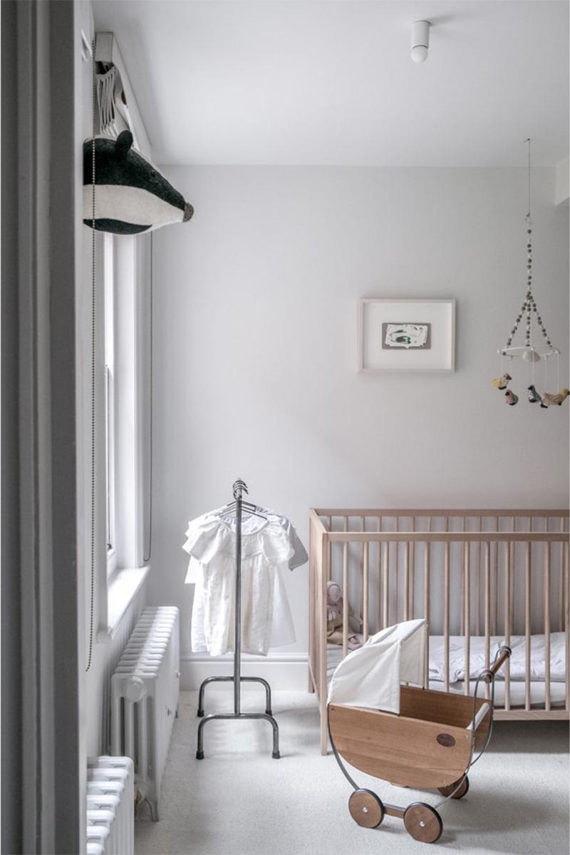 """Un intérieur """"classique"""" revisité en blanc par Faye Toogood // Chambre blanche de bébé minimaliste design"""