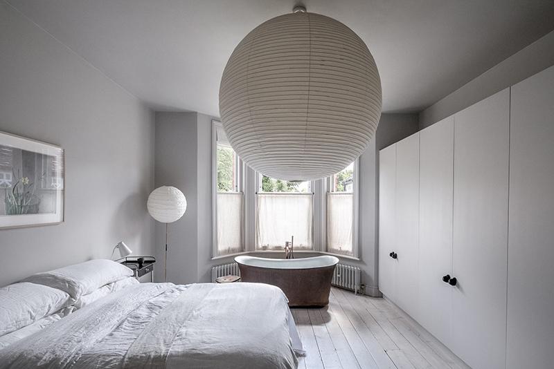 """Un intérieur """"classique"""" revisité en blanc par Faye Toogood // Suspension en papier japonais disproportionnée Noguchi"""