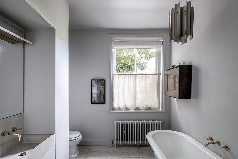"""Un intérieur """"classique"""" revisité en blanc par Faye Toogood // Salle de bain """"old new"""" blanc grisé"""
