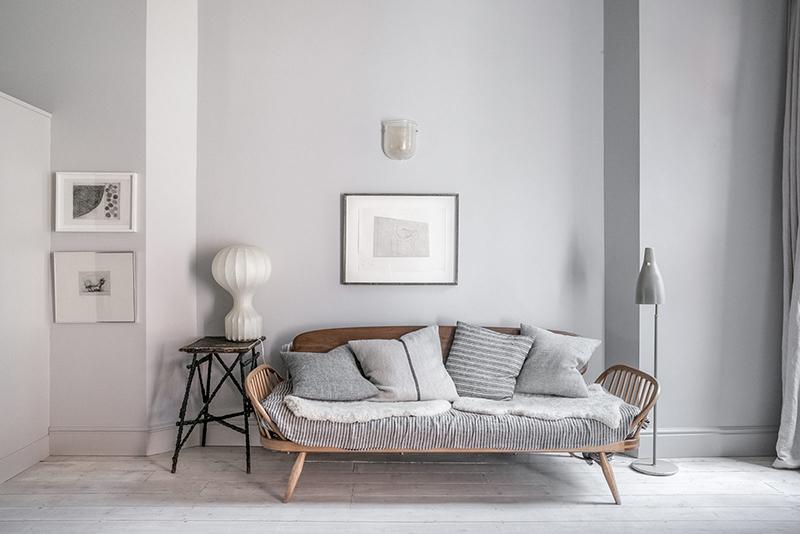 """Un intérieur """"classique"""" revisité en blanc par Faye Toogood // Banquette en rotin et classique du design"""