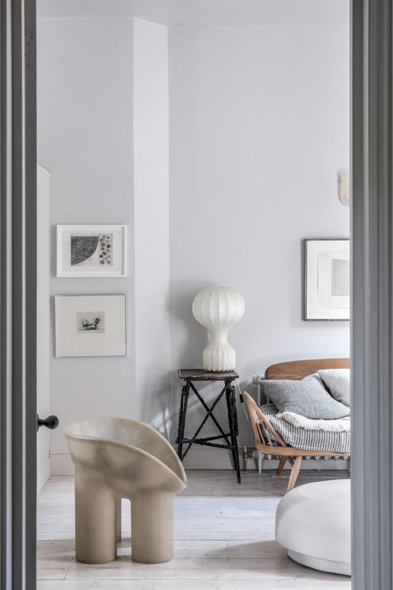 """Un intérieur """"classique"""" revisité en blanc par Faye Toogood // Banquette en rotin et fauteuil Roly Poly"""