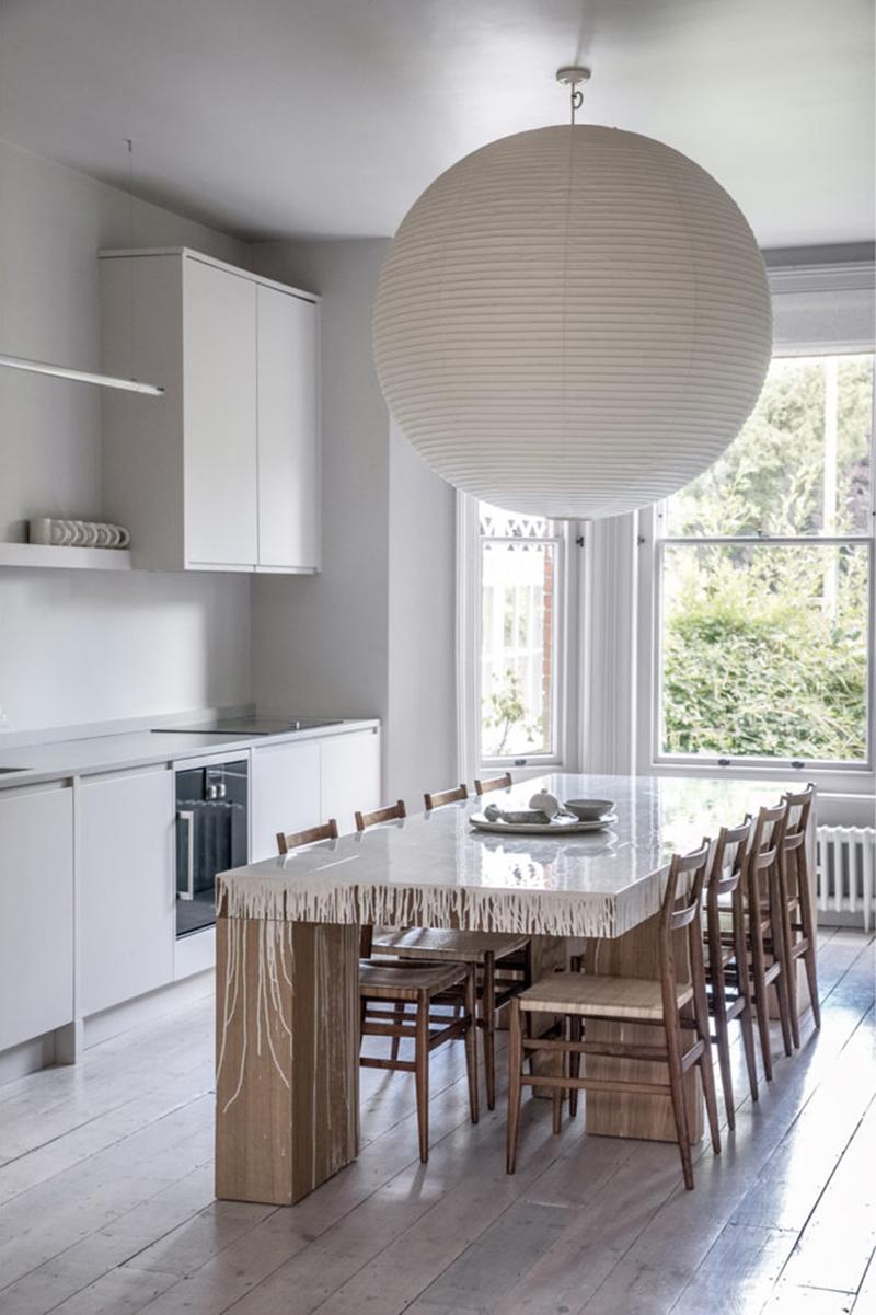 """Un intérieur """"classique"""" revisité en blanc par Faye Toogood // Table """"maison"""" en chêne, laquée avec de la peinture de carrosserie dégoulinante"""