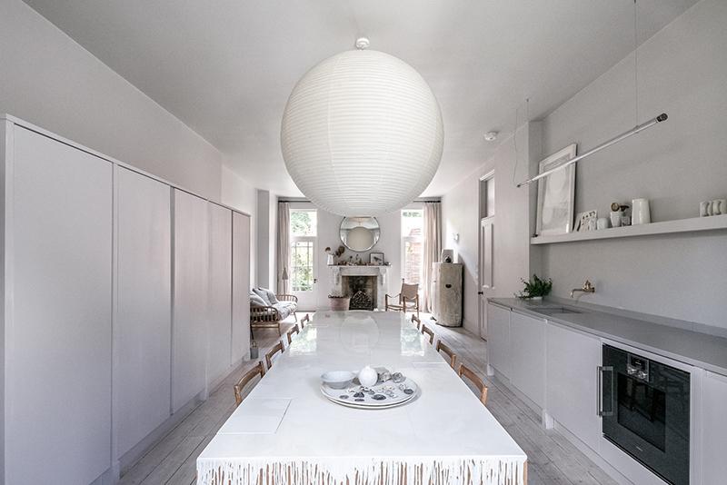 """Un intérieur """"classique"""" revisité en blanc par Faye Toogood // Une cuisine tout en longueur ouverte sur le salon"""