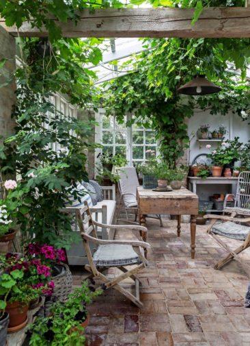 Aménager une serre comme pièce en plus au jardin // Ici, il s'agit plus d'une orangerie réalisée à partir de matériaux de récupération