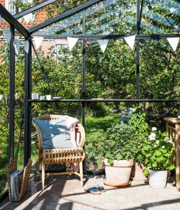 Aménager une serre comme pièce en plus au jardin // A partir d'une serre en kit, achetée dans le commerce on peut réaliser un endroit merveilleux et simple.