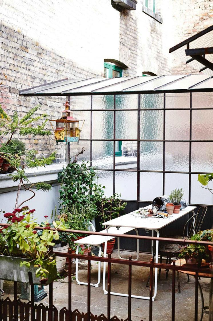 Aménager une serre comme pièce en plus au jardin // Même sur les terrasses de ville, on peut aménager une serre