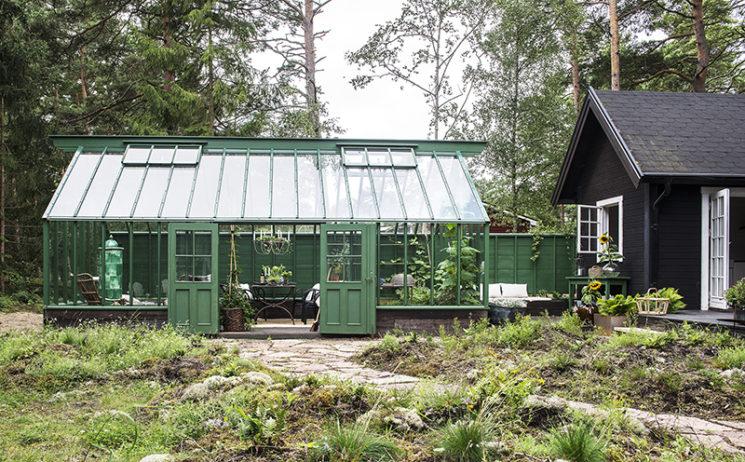 Aménager une serre comme pièce en plus au jardin // Une serre verte en harmonie avec l'environnement végétal