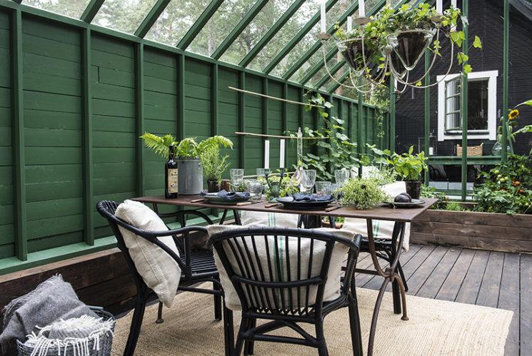Aménager une serre comme pièce en plus au jardin // Un lieu de convialité, meublé avec simplicité
