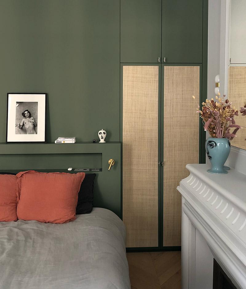 Collab' Maison Bineau + L'Appartement Parisien // Teintes Sacré Cœur 001 + Café de Flore 006 //chambre avec en mur du fond un vert presque kaki