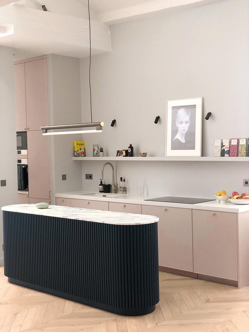 Collab' Maison Bineau + L'Appartement Parisien // Teintes Sacré Cœur 001 + Rue Mademoiselle 002 + Montaigne 009 // Cuisine présentant une palette blanc grisé, rose poudré et noir profond