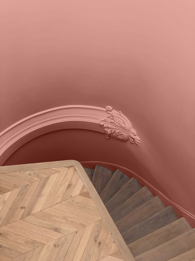 Collab' Maison Bineau + L'Appartement Parisien // Teinte Opéra 005, Un escalier peint d'un rose pêche
