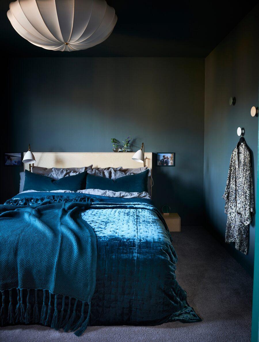 10 idées déco pour une chambre à coucher stylée // Peindre les murs et les plafonds d'une même couleur pour un effet cocon comme cette chambre peinte aux murs et plafonds bleu marine