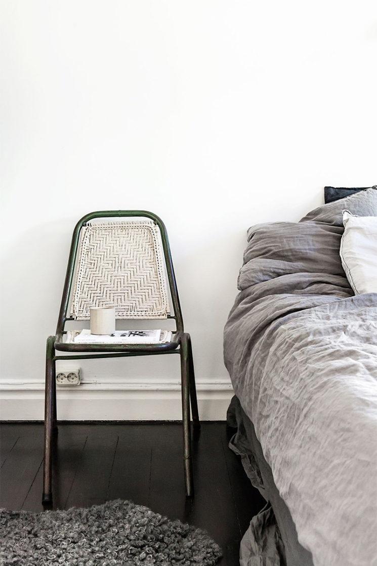 10 idées déco pour une chambre à coucher stylée // Mettre en scène des objets décalés, comme une chaise en guise de table de nuit