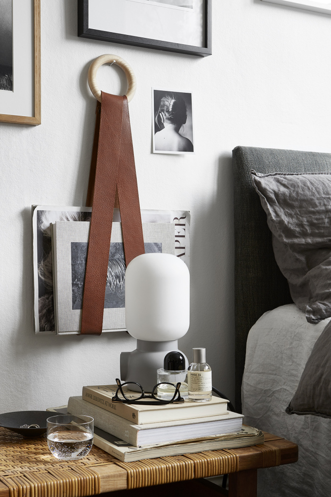10 idées déco pour une chambre à coucher stylée // Mettre en scène des objets mélangés cadres, porte magazines, lampe, photos...