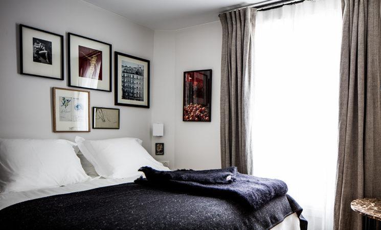 10 idées déco pour une chambre à coucher stylée // Décorer avec des objets personnels, décalés comme ici avec une série de photos bien encadrées