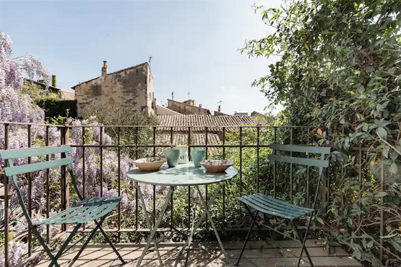 Maison d'hôtes située à Arles, jolie terrasse donnant sur les toits de la ville