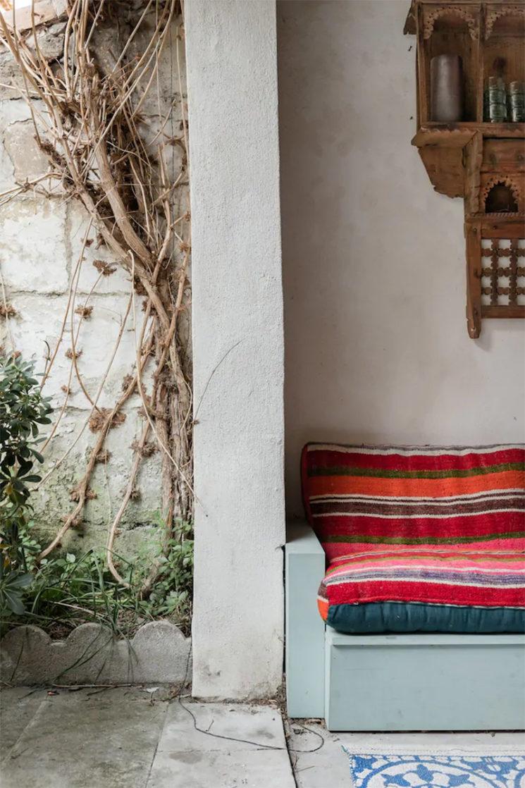 Maison d'hôtes située à Arles, salon d'extérieur au style bohème