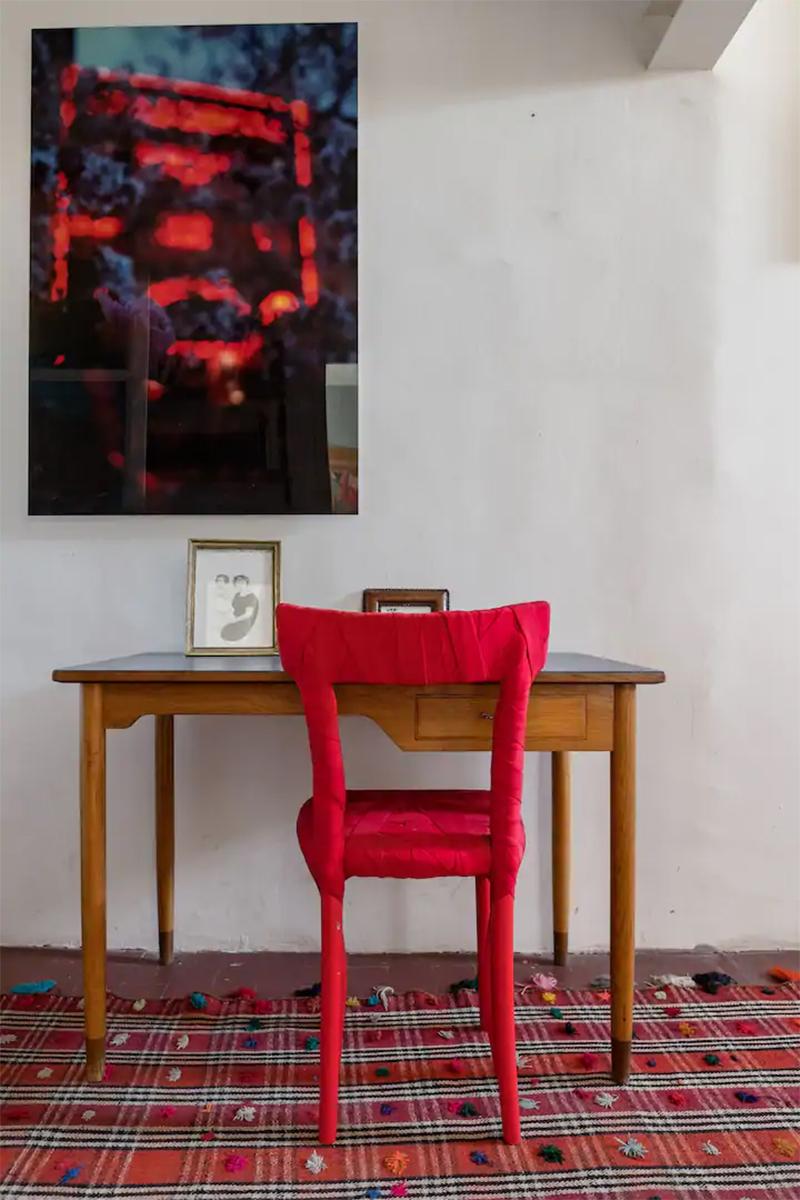 Maison d'hôtes située à Arles, petit bureau ancien avec chaise design