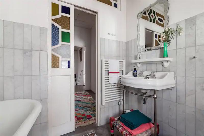 Maison d'hôtes située à Arles, salle de bain vintage, dans son jus