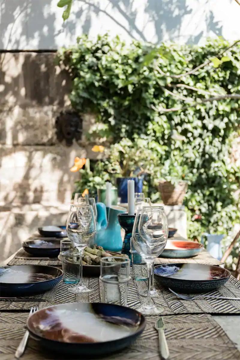 Maison d'hôtes située à Arles, table de repas ethnique