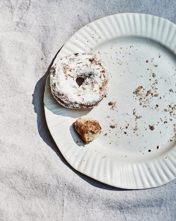 Virginia Sin, une approche design de la céramique // Assiette en carton, en porcelaine blanche