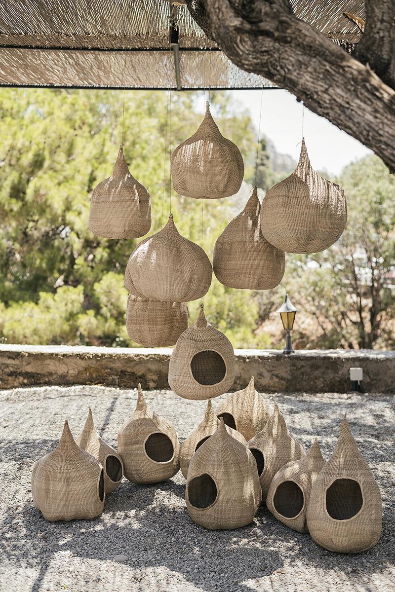 L'Hôtel Casita Casita à Lindos // Un extérieur très bohème avec des panier tissé qui rappelle certains nids d'oiseaux
